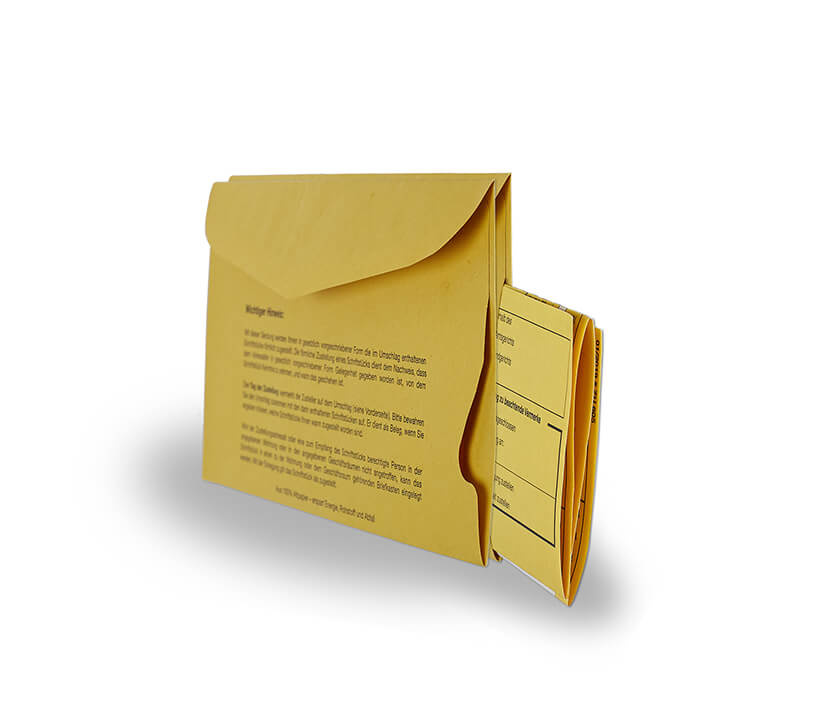 2. Die Zustellungsurkunde in den Umschlagschlitz stecken